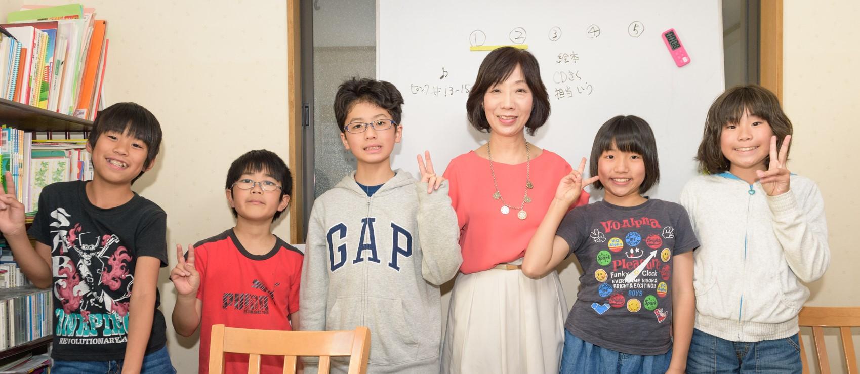 Ogura E.S.の生徒と先生の集合写真